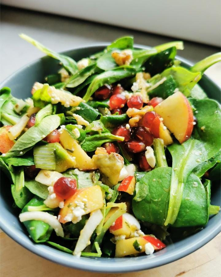 Feldsalat mit Granatapfel und Walnüssen - FruchtigFit